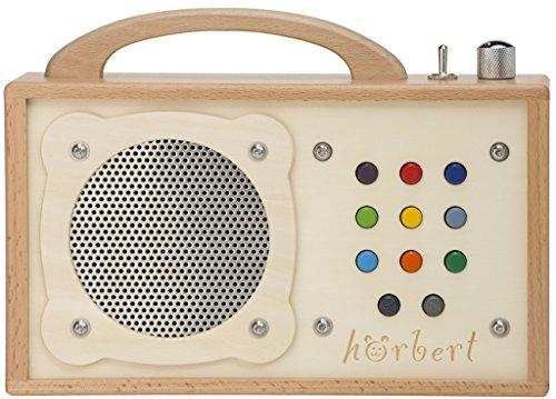 MP3-Player für Kinder: hörbert. Testsieger der Stiftung Warentest. Made in Germany. Seine 9 Playlists sind wiederbespielbar mit Platz für 17 Stunden, spielfertig vorbespielt mit 140 Minuten Musik und Hörspielen. Tragbar mit eingebautem Lautsprecher und Lautstärkebegrenzung. Sehr robust aus Holz und Edelstahl.